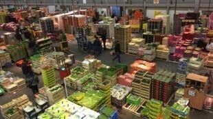 Vue intérieur du pavillon des fruits et légumes au marché de Rungis, près de Paris.