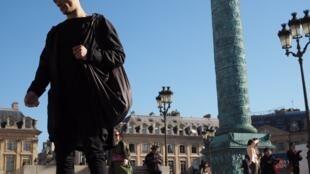 Петр Павленский в Париже на Вандомской площади, 5 октября 2016 года