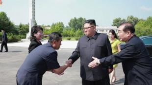 朝鲜最高领导人金正恩视察朝中边境化妆品厂资料图片