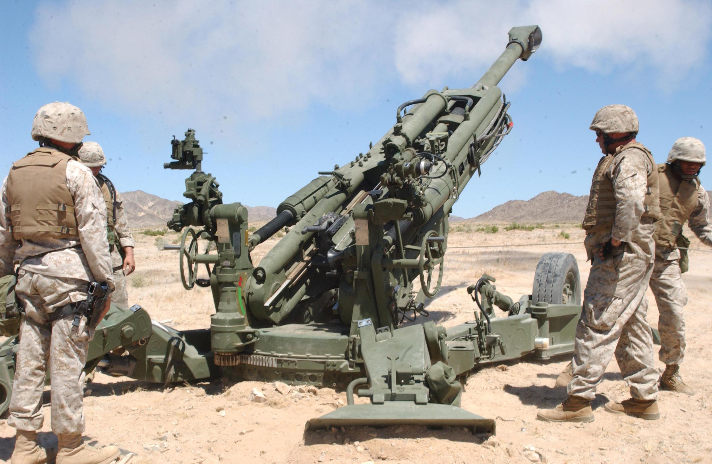 Thủy quân lục chiến Mỹ tập sử dụng giàn đại pháo M777 Howitzer tại một căn cứ huấn luyện ở California. Ảnh tư liệu chụp ngày 25/05/2005.