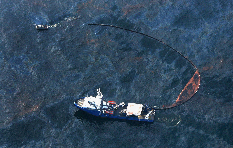Maré negra provocada pelo vazamento de milhares de barris de petróleo, em 2010.