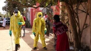 Désinfection contre le coronavirus autour d'un hôtel en Gambie, le 20 mars 2020