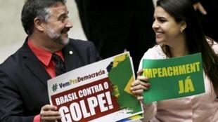 Deputados Paulo Pimenta e Mariana Fonseca lado a lado durante sessão na Câmara dos Deputados.
