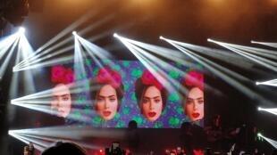 """Imagens de Anitta """"Frida Kahlo"""" no telão"""