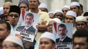 Partidários do presidente deposto Mohammed Mursi protestam contra violência