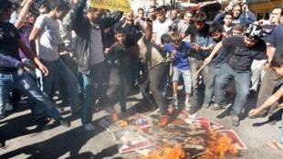 Au Liban, les opposants syriens ont trouvé des soutiens puisque de nombreux Libanais sont détenus par le régime syrien. (A Tripoli, des Libanais et des Syriens brûlent l'effigie de Bachar el-Assad).