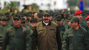 O comandante de polícia Remigio Ceballos (a direita de Nicolás Maduro na foto) é uma das personalidades visadas pelas sanções europeias.