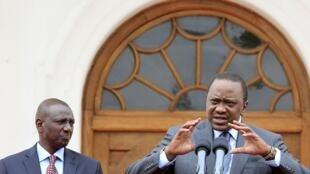 Rais wa Kenya, Uhuru Kenyatta (kulia) akiwa na naibu wake William Ruto aliyetangaza kuwa wanasaisa watakaopinga muswada huo wataondolewa kwenye chama cha Jubilee.