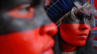 C'est en habits d'apparat que les peuples indigènes d'Amazonie ont assisté au Forum social mondial de Belem, au Brésil, en 2009.