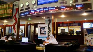 Des traders à la Bourse de Dubaï, dans les Emirats arabes unis, ce dimanche 17 janvier 2016. Le Dubai Financial Market a clôturé à moins 4,64%, son niveau le plus bas en trois ans.