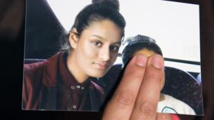 Renu Begum, soeur de Shamima Begum, montre une photo de cette dernière à la presse, dans les locaux de Scotland Yard, à Londres.