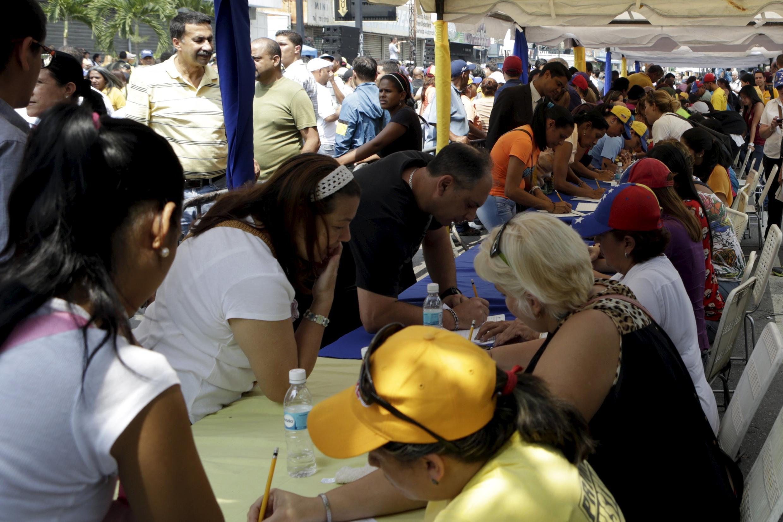 Đông đảo người dân Venezuela tham gia ký kiến nghị đòi tổ chức trưng cầu dân ý để truất phế ông Nicolas Maduro, 27/04/2016.