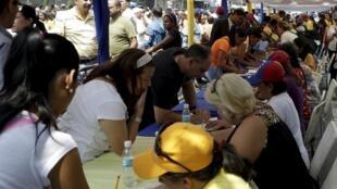 Les Vénézuéliens se sont déplacés en nombre pour signer afin de demander la tenue d'un référendum révocatoire contre Nicolas Maduro. Caracas, 27 avril 2016.