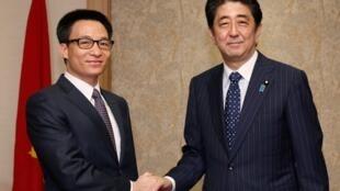 Phó thủ tướng Vũ Đức Đam gặp Thủ tướng Nhật Shinzo Abe tại Tokyo 22/05/2014 - REUTERS /Toru Hanai