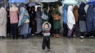 Kaboul, le 5 avril 2014. Des femmes afghanes font la queue pour aller choisir leur futur président.