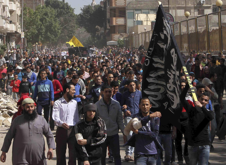 Bất chấp lệnh cấm và đàn áp, những người ủng hộ ông Morsi và Huynh Đệ Hồi Giáo vẫn xuống đường. Ảnh chụp 21/03/2014.