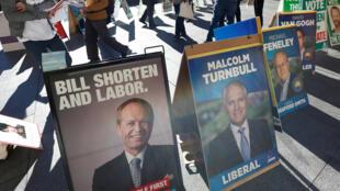 Duel serré entre la coalition conservatrice au pouvoir et l'opposition travailliste dans les urnes en Australie, samedi 2 juillet 2016.