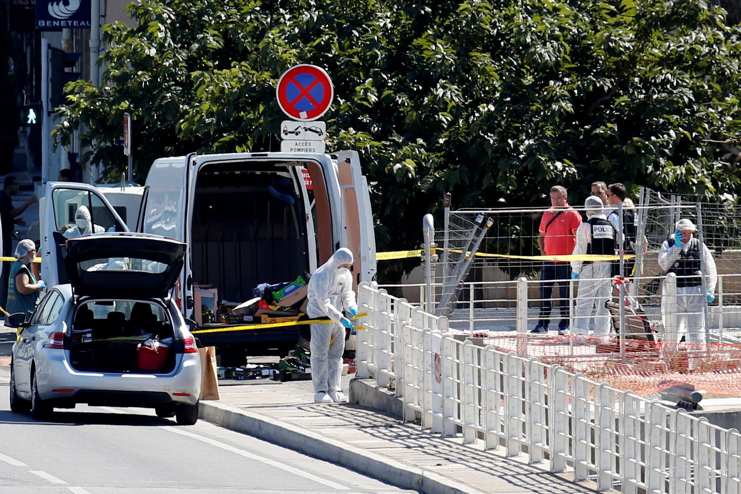 Polícia inspeciona ponto de ônibus atingido por desequilibrado em Marselha, no dia 21 de agosto..