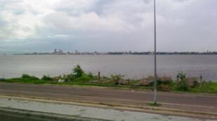 Entre Brazzaville et Kinshasa coule le fleuve Congo.