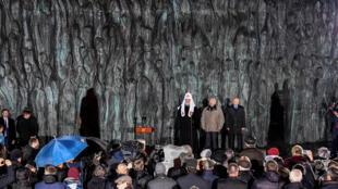 Un «Mur du Chagrin», haut-relief en bronze composé de centaines de silhouettes humaines, a été dévoilé ce lundi 30 octobre sur l'avenue Sakharov, à Moscou.