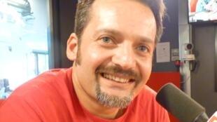 El cantautor uruguayo Gabriel Mallada en los estudios de RFI en París