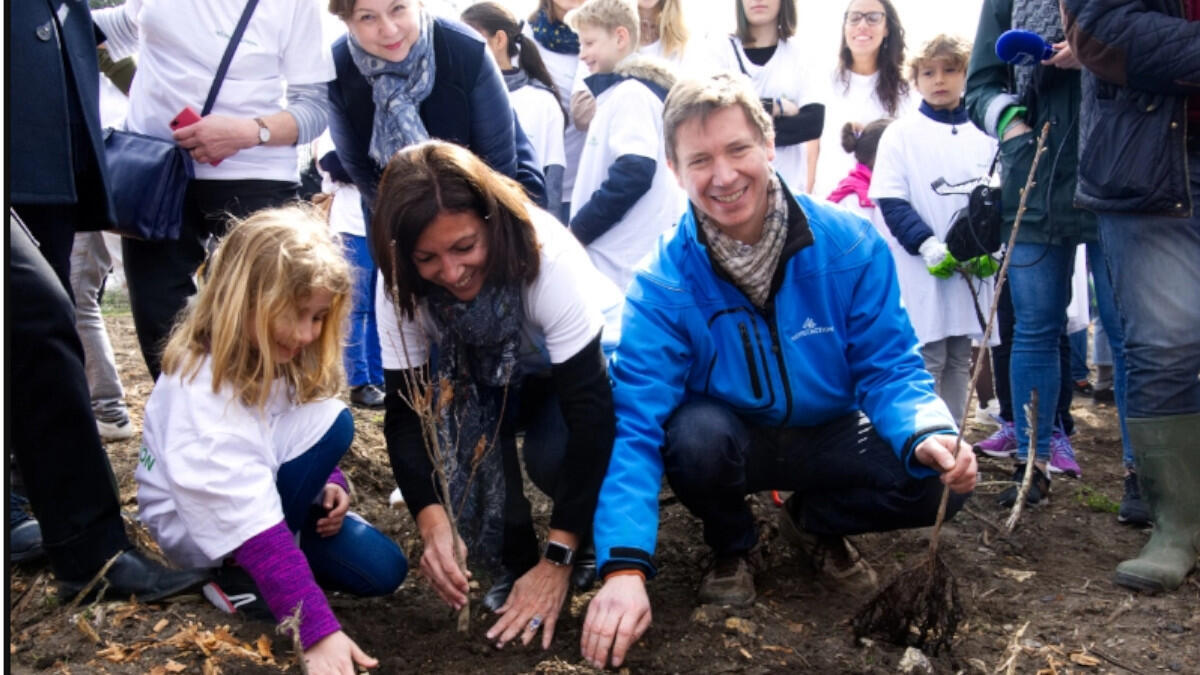 La maire de Paris, Anne Hidalgo, aux côtés du président de Reforest'Action, à l'inauguration en mars 2019 de la première «forêt urbaine» plantée selon la méthode Miyawaki, entre le  bois de Vincennes et le Boulevard périphérique.
