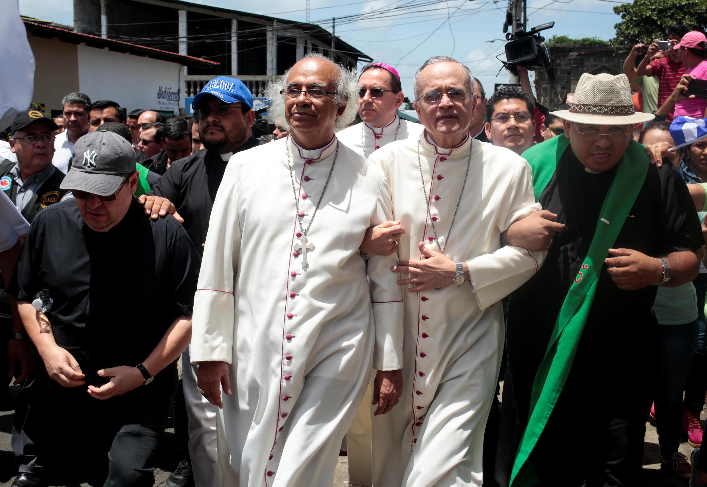 Le cardinal Leopoldo Brenes, archevêque de Managua et l'évêque auxiliaire de Managua, Silvio Baez, arrivent à Diriamba, le 7 juillet 2018.