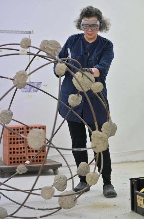L'artiste Mona Hatoum dans son atelier à Londres, 2019.