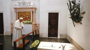 Đức giáo hoàng Phanxicô cầu nguyện trước ngôi mộ của một trong ba trẻ mục đồng, tương truyền đã thấy Đức Mẹ Đồng Trinh hiện hình, Fatima, Bồ Đào Nha, ngày 13/05/2017.