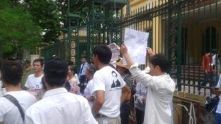 Biểu tình trước cửa tòa án yêu cầu tự do cho Luật sư Lê Quốc Quân, 02/10/2013. Ảnh : Blog Nguyễn Xuân Diện