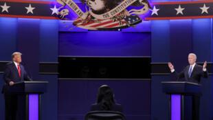 Rais wa Marekani Donald Trump na mgombea wa chama cha Democratic Joe Biden wakati wa mdahalo wao wa pili na mwisho huko Nashville, Oktoba 22, 2020.