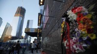 Le mur du mémorial où sont gravés tous les noms des victimes, en face de Ground Zero et du nouveau bâtiment du World Trade Center, le 9 septembre 2011, à New York..