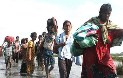 Photo diffusée par l'armée sri-lankaise, montrant des civils fuyant la zone contrôlée par les Tigres tamouls, en avril 2009.