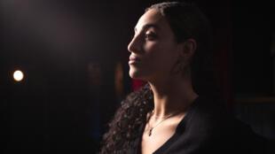 A cantora e atriz francesa Camélia Jordana que denunciou violência da polícia, em uma cena do documentário de François Armanet «Haut les filles».