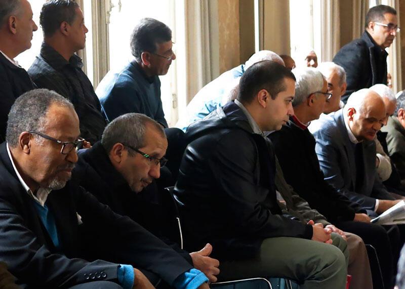 Des gens assis dans la salle d'audience de la cour d'appel au procès pour une réclamation de discrimination faite à plus de 800 cheminots de nationalité marocaine (Chibanis) contre la SNCF. France, le 15 mai 2017.
