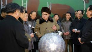 图为朝鲜领袖金正恩视察疑似研发核弹头缩小化军事机构