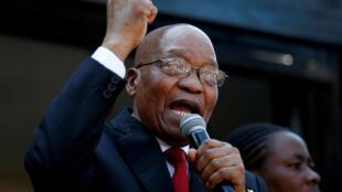 Jacob Zuma s'adressant à ses partisans devant le tribunal à Durban, vendredi 6 avril 2018.
