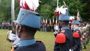 Sur les lieux du massacre, 70 ans après, les soldats de l'infanterie de marine rendent hommage aux victimes.