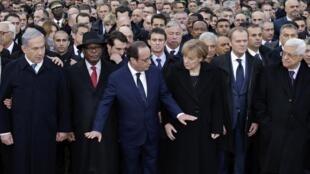 Une cinquantaine de chefs d'Etat et de gouvernement étaient réunis à Paris autour du président François Hollande à la marche républicaine à Paris, le 11 janvier 2015.