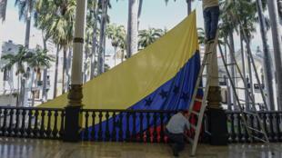 Le drapeau national vénézuélien devant l'Assemblée nationale à Caracas, le 5 janvier 2018.