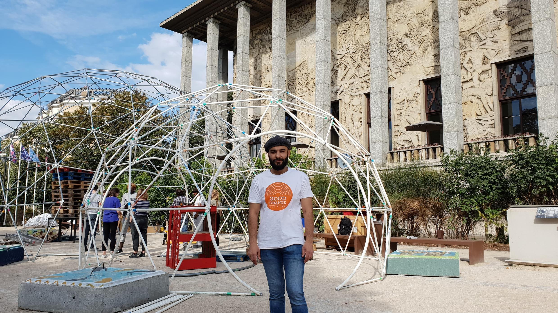 Cemil, réfugié turc, devant les dômes en cours de construction du Good Chance Theatre, au Musée national de l'Histoire de l'Immigration de Paris, le 14 octobre.