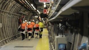 Des visiteurs dans le seul laboratoire souterrain pour l'étude du stockage géologique profond de déchets nucléaires à très longues vies, à Bure. Photo du 4 février 2013.