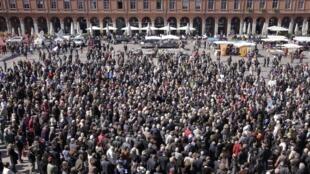 Mais de 4 mil pessoas se reuniram no início da tarde desta sexta-feira na cidade de Toulouse, no sudoeste francês, para um minuto de silêncio em homenagem às 7 vítimas dos ataques de Mohamed Merah.