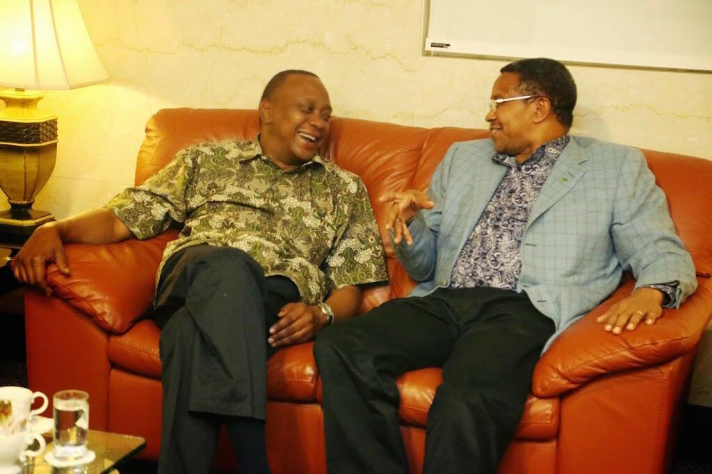 Rais wa Kenya, Uhuru Kenyatta akifurahia jambo na rais wa Tanzania, Jakaya Kikwete
