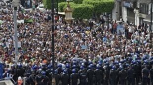 Des Algériens sont descendus dans la rue ce mardi 17 septembre après l'annonce de la date de la présidentielle le 12 décembre prochain.