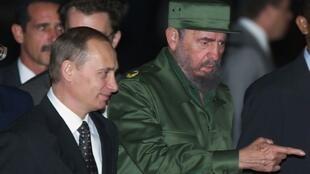 Фидель Кастро (справа) и Владимир Путин в аэропорту Гаваны, 13 декабря 2000.
