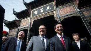 François Hollande  na Meya wa mji wa Huang Qifan (kushoto) Novemba 2, 2015 katika jimbo la Chongqing