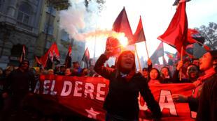 """Miles de trabajadores chilenos participaron en dos marchas este martes en las que expresaron su voluntad de entablar un diálogo """"serio y respetuoso"""" con el presidente Sebastián Piñera."""