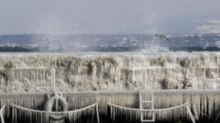 Sóng chạm phải bức tường băng giá ở cảng Versoix gần Genève. Ảnh chụp ngày 03/02/2012.