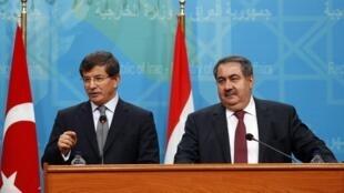 Ahmet Davutoglu, le chef de la diplomatie turque et son homologue irakien, Hoshyar Zebari,le 10/11/13 à Bagdad.